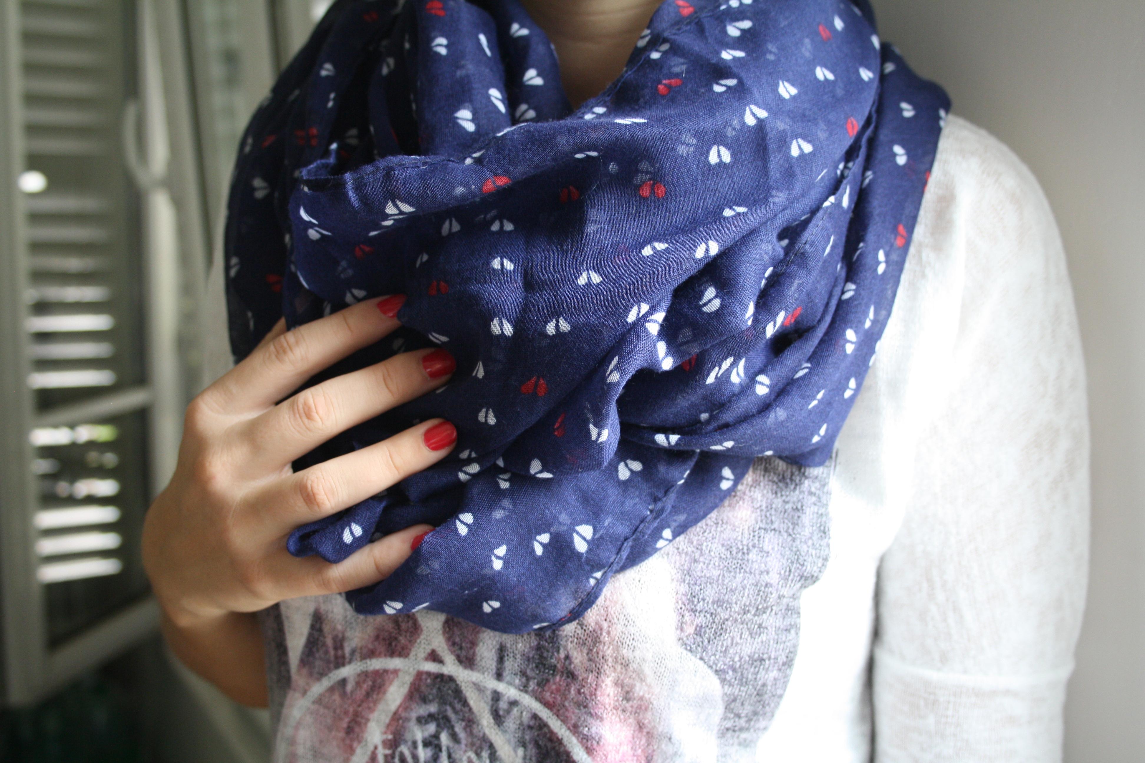 Un foulard bleu, blanc et rouge
