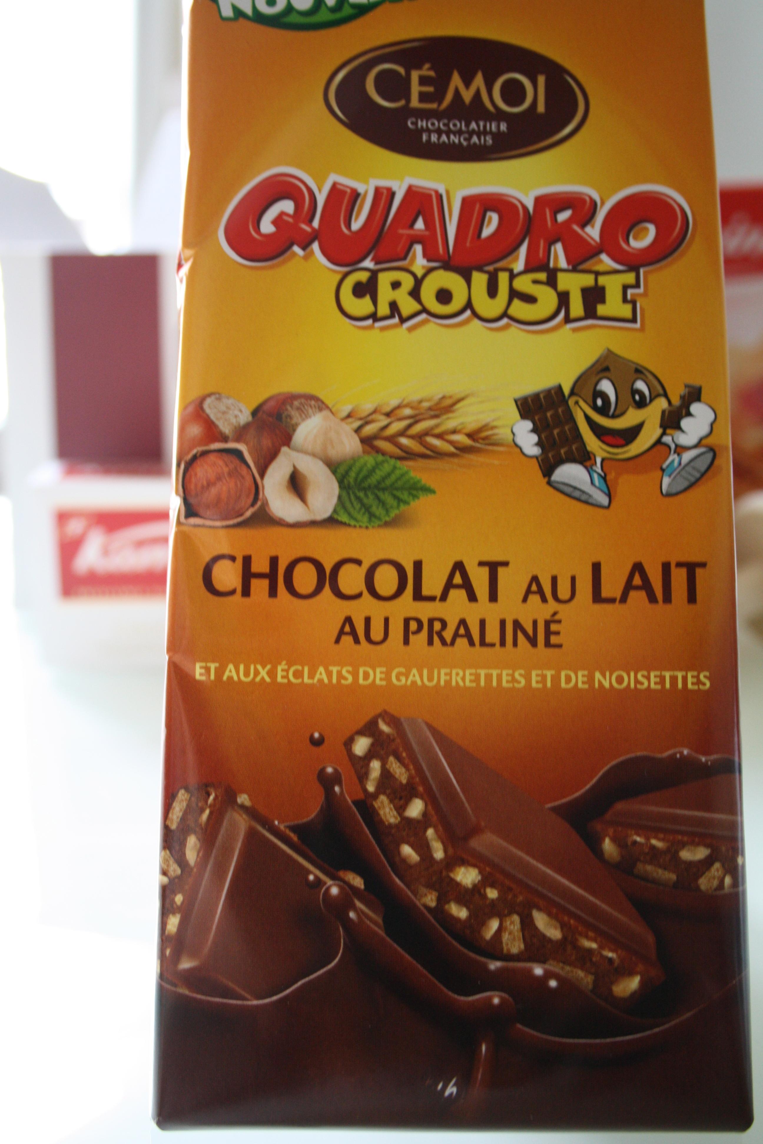 Une tablette de chocolat au lait et au praliné